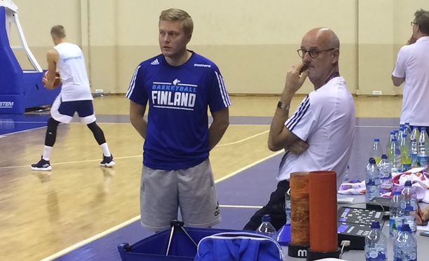 Päävalmentaja Henrik Dettmann ja apuvalmentaja Lassi Tuovi keskustelivat Susijengin treeneissä Sinan Erdem -areenan harjoitushallissa.