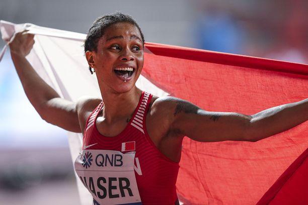 Salwa Eid Naser hymyili onnellisena voitettuaan 400 metrin maailmanmestaruuden.