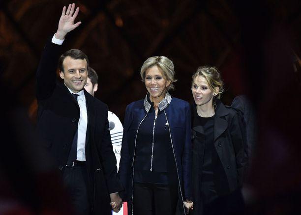 Emmanuel Macron, Brigitte Macron ja Tiphaine Auziere juhlivat yhdessä presidentinvaalien voittoa toukokuun alussa 2017.