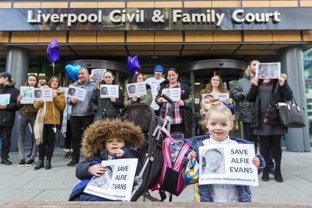 Mielenosoittajia Liverpoolin siviilituomioistuimen edustalla helmikuussa.