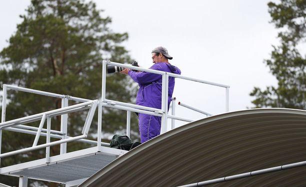 Kimmo Kinnunen Kuortaneen stadionin katolla juhannuspäivänä.