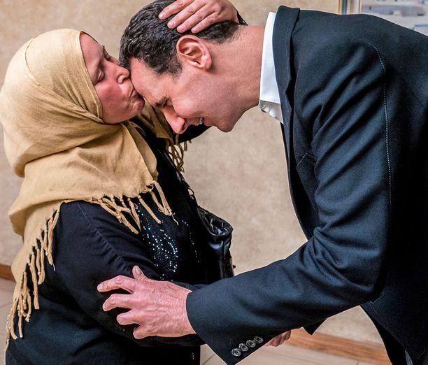 Syyrian presidentti Bashar al-Assad tapasi tiistaina Doumasta paenneita perheitä.