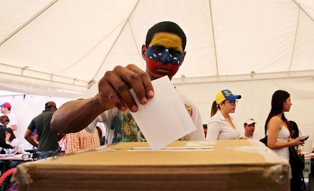 Sadat Kolumbiassa asuvat venezuelalaiset ovat käyneet äänestämässä Venezuelan opposition masinoimassa äänestyksessä.