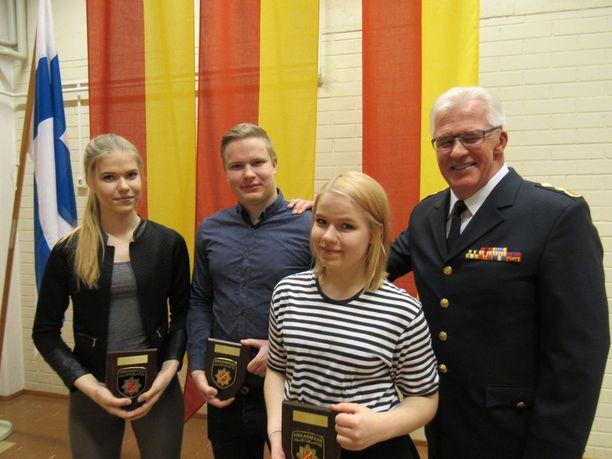 Sisarukset Maija, Lotta ja Valtteri Rahkonen saivat palkinnon Pirkanmaan pelastuslaitoksen johtaja Olli-Pekka Ojaselta.