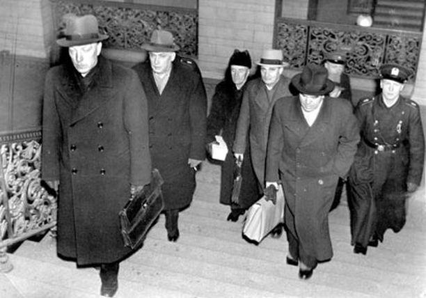 Sotasyyllisinä tuomitut saapumassa oikeudenkäyntiin Säätytalolle 15. marraskuuta 1945. Portaissa presidentti Risto Ryti (vas.), Edwin Linkomies, Antti Kukkonen, Henrik Ramsay, Jukka Rangell ja hänen takanaan Tyko Reinikka.