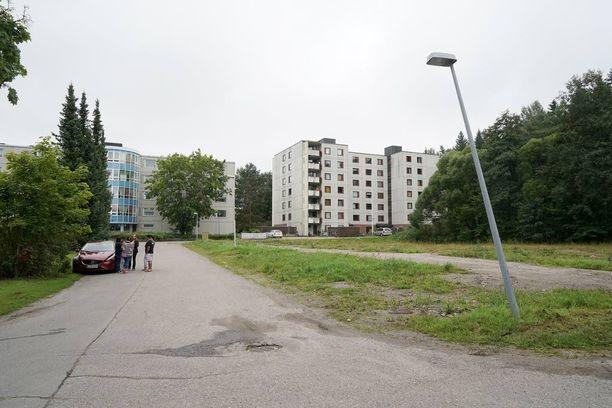 Tiistaina alkuillasta Forssan Saksankujan vastaanottokeskuksen ulkopuolella oli joukkotappelu, johon osallistui kymmeniä suomalaisia ja turvapaikanhakijoita. Poliisi on partioinut sen jälkeen tiiviisti alueella.