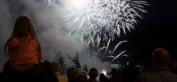 Viime vuonna ilotulituksen SM-kilpailijoiden taidonnäytteitä ihailtiin Töölönlahdella.