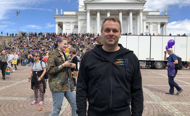 Helsingin pormestari Jan Vapaavuori kuvailee Pride-kulkuetta hauskaksi ja näyttäväksi tavaksi muistuttaa yhdenvertaisuusasioiden tärkeydestä.