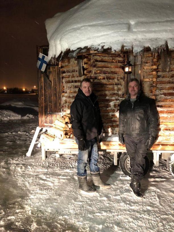 Veljekset Ari ja Jari Lehtinen rakensivat hamppusaunan viime jouluksi kuntoon omin käsin.