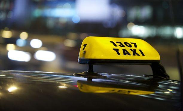 Uuden taksilain myötä 1. heinäkuuta aloitti yksitoista Kelan kilpailuttamaa tilausvälitysyhtiötä. Kela-taksien määrässä on maakunnittain ollut suurta vaihtelua.