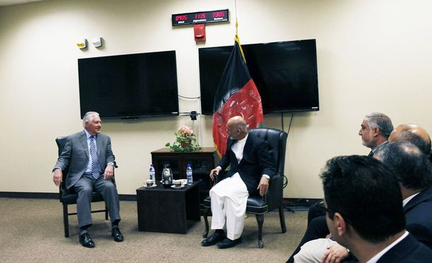 Yhdysvaltojen ulkoministeriön julkaisemassa kuvassa seinällä näkyy kello ja hälytyslaite.