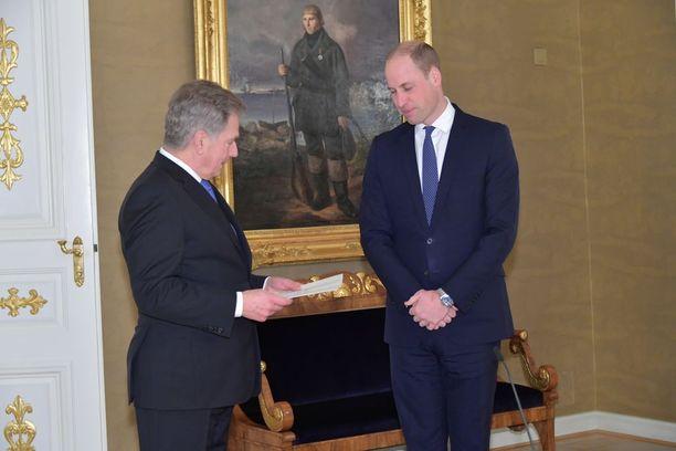 Sauli Niinistön ja prinssi Williamin kohtaamisen taustalla näkyy Matts Kankkosen muotokuva. Muotokuvan maalautti keisari Nikolai I kiitoksena voitokkaasta kahakasta.