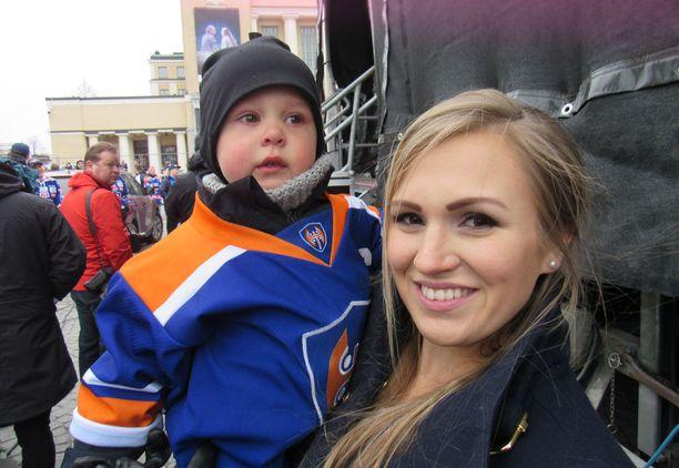 Jukka Peltolan Johanna-vaimon ja pariskunnan Niki-poika nauttivat tunnelmasta.