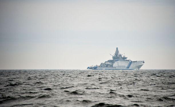 Merivoimien esikunnan päivystys antoi luvan syvyyspommin käyttöön, mutta päätöksen teki aluksen kapteeni.