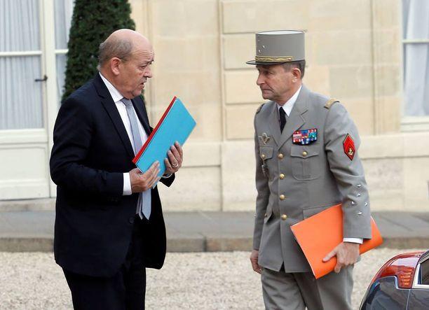 Ranskan puolustusministeri Jean-Yves Le Drian (vas.) tapasi Pariisin iskujen jälkeisenä päivänä esikuntapäällikkö Pierre de Villiersin Elysee-palatsissa.