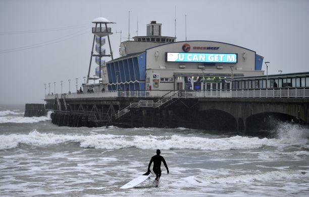 Myrsky on houkutellut brittejä surffaamaan. Tämä kuva on otettu Bournemouthista.