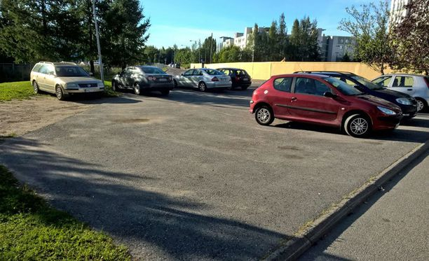 Keijo Kallungin vaaleanruskea Volkswagen sakkopaikalla Tikkurilan Väritehtaankadun päässä sijaitsevalla pysäköintialueella.