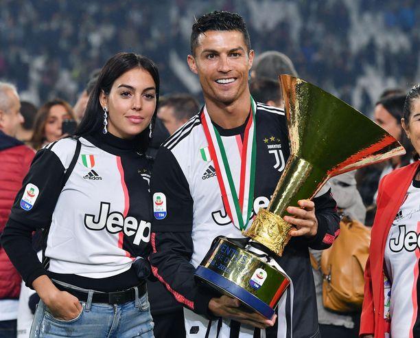 Georgina Rodriguez ja Cristiano Ronaldo pääsivät ensi kertaa poseeraamaan Serie A:n mestaruuskannun kanssa-