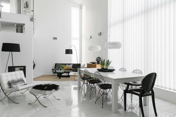 Mustan ja valkoisen yhdistelmä tuo tilaan graafisuutta tyylikkäällä tavalla. Valitessa tummaa huonekalua suosi siroja malleja, jolloin huoneen tunnelma pysyy ilmavana.