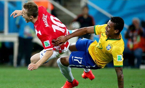 Luka (vas.) Modrić koki kovia Brasilia-ottelussa.