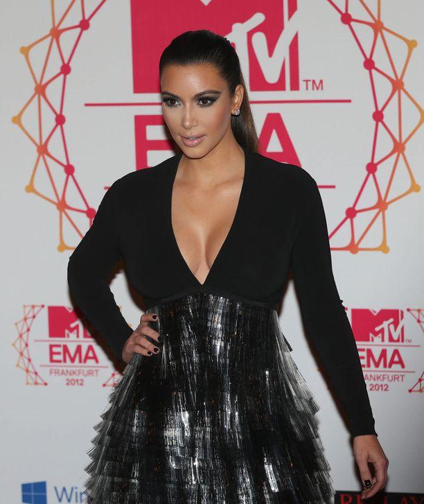 Kim Kardashian West MTV-gaalan punaisella matolla.