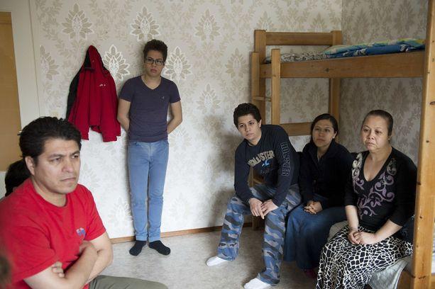Meksikolaisperheen molempien sukupolvien vanhemmilla on työpaikat Suomessa. Edessä isä Josias Calvez Cruz, isän takana poika Etni, seisomassa poika Alexis, sängyllä poika Josias Omar ja tämän vaimo Vasti ja kolmen pojan äiti Rebeca.