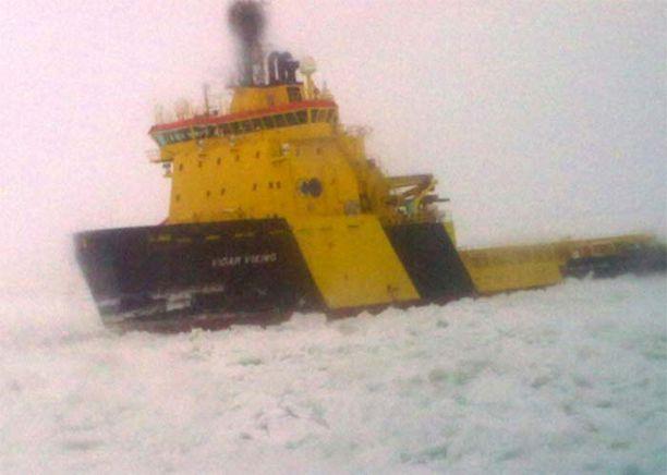 Paikalle on saapunut ruotsalaisia jäänmurtajia selvittämään tilannetta.