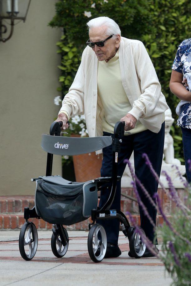 Kirk Douglas käyttää pyöriä apunaan. Kuvassa satavuotias mies kesällä 2017.