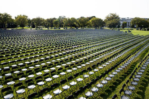 Tuolit Ellipsen puistossa Valkoisen talon lähellä symboloivat yli 200 000 koronaan kuollutta amerikkalaista.