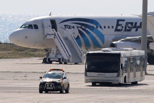 Matkustajia kuljetettiin pois bussilla.