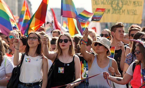 Ihmisiä osoittamassa mieltään tasa-arvon puolesta Varsovassa.