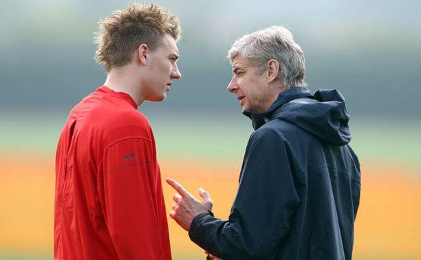 Arsene Wenger (oik.) joutunee käymään pitkän ja hartaan keskustelun Nicklas Bendtnerin kanssa.