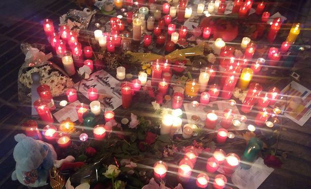 Kynttilöiden laskupaikat ovat suuria, ja niitä on La Ramblalla paikoitellen kymmenen metrin välein.