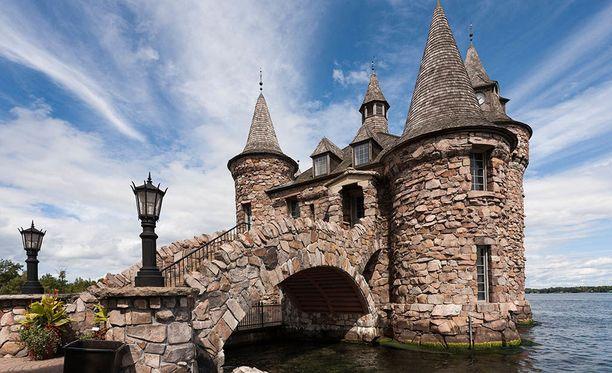 Linnatkin tarvitsevat sähköä. Bold Castlen voimala on naamioitu idylliseksi linnakkeeksi.