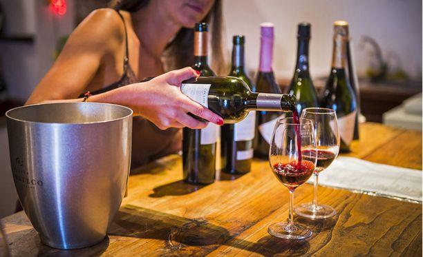 Shepherd kehottaa nielemään viinin, sillä se on osa maisteluprosessia.