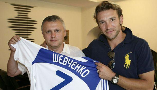 Kiovan Dynamon presidentti Igor Surkis ja Andrei Shevtshenko esittelivät sopimuksen julkaisemistilaisuudessa Shevtshenkon paitaa.