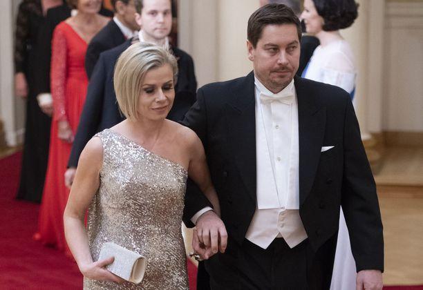 Riikka Pakarinen ja Eemeli Mäkinen saapuivat Linnan juhlin käsi kädessä.