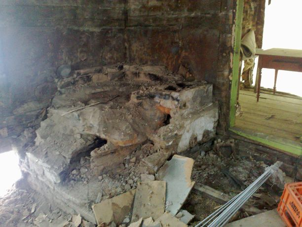 Sortunutta leivinuunia ei muurattu uudelleen. 5x5m kokoinen tupa lämpiää hyvin ilman sitäkin.