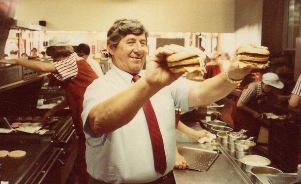 Jim Delligatti esittelee keksintöään. Delligatti pyöritti lopulta 48 McDonald's-ravintolaa Yhdysvalloissa.