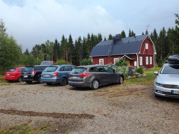 Juhlapaikan läheisyyteen oli pysäköity yhteensä 11 autoa. Etäämmällä olleet ajokit säästyivät vaurioilta.