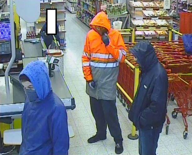 Poliisi julkaisi epäillyistä tekijöistä kuvan.