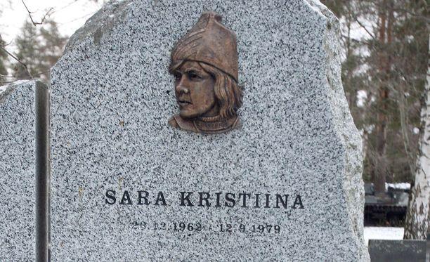 Sara Mustosen haudalla seisoo komea kivi Rovaniemen Viirinkankaalla.