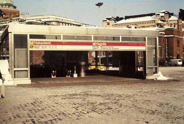Hakaniemen metroaseman sisäänkäynti Hakaniementorilla vuonna 1982.