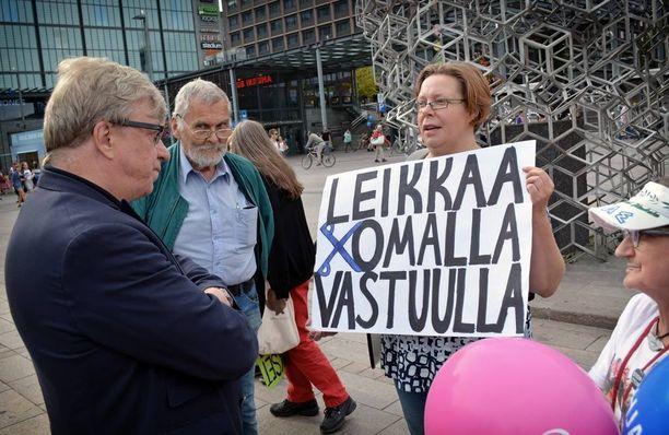 """Hallituksen leikkauksia vastustaneet mielenosoittajat huusivat keskustan tilaisuuden aikana kovaäänisesti """"Sipilä tuu ikkunaan, täällä huutaa kansa"""", mutta saivat pääministerin sijasta luokseen keskustan puoluesihteerin Timo Laanisen."""