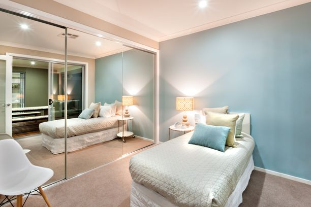 Huomaatko, miten tilavalta peilikaappi saa tämän pienen makuuhuoneen näyttämään?