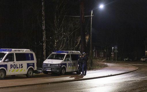 Kotkassa poliisioperaatio – suojaliivein ja kypärin varustautuneet poliisit ottivat miehen kiinni