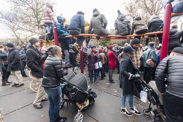 Ihmiset kerääntyivät sunnuntaina osoittamaan mieltään leikkipuistoon New Yorkissa.
