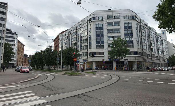 Veriteko sattui juhannuksena Helsingin Aleksis Kiven kadulla. Kuvassa näkyy S-Market, jonka edustan roskikseen syytetty kertomansa mukaan pudotti varastamansa maksukortit.