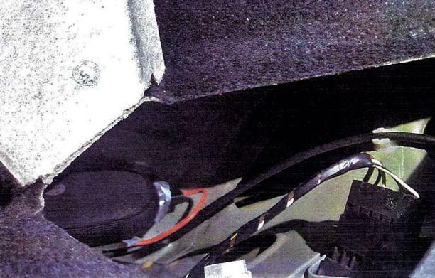 GPS-laite oli takalampun kotelon sisällä. Vehje on kuvassa vasemmalla kotelossaan.