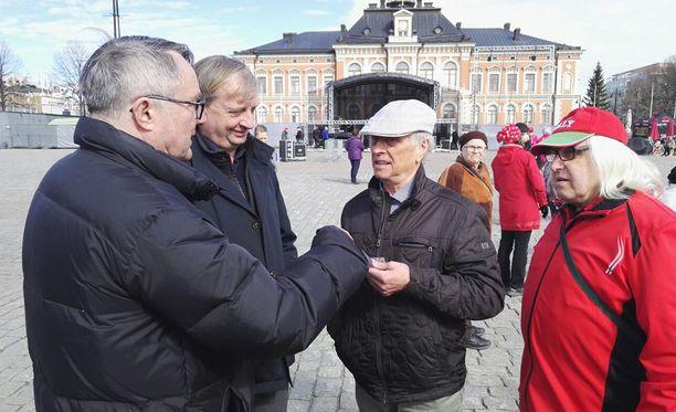 Väkeä parveili Hjallis Harkimon ympärillä Kuopion torilla.